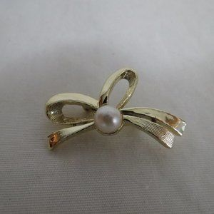 VTG Berry's Pin Brooch Gold Tone Bow Faux Pearl